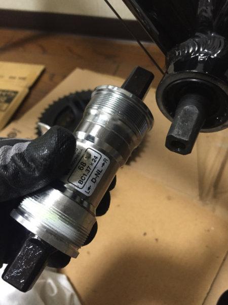 脱落したクロスバイク・ミストラルのクランクを修理するBBパーツ