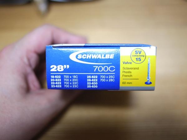 新品のクロスバイク用チューブ「シュワルベの700×18/28C」外箱のサイズ記載