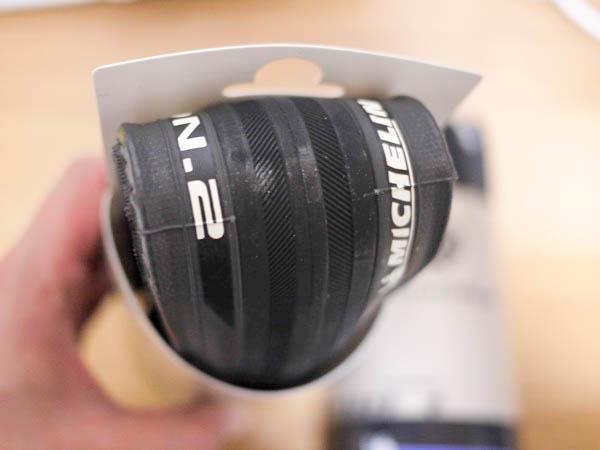 折り畳まれた状態で届く新品のクロスバイク用のタイヤ