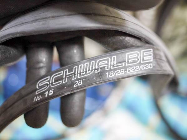 新品のクロスバイク用チューブ「シュワルベの700×18/28C」に記載の空気圧などのスペック