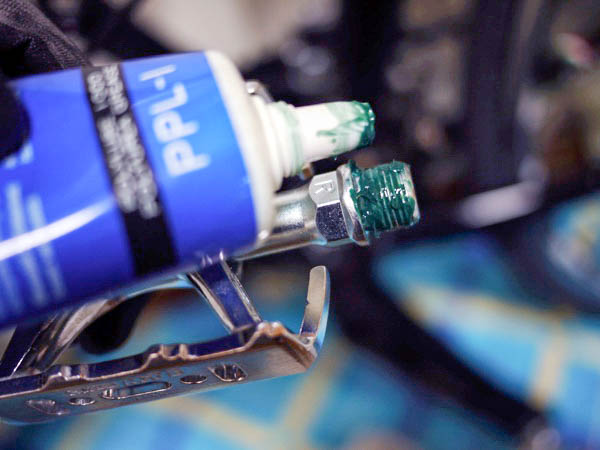 三ヶ島製作所(MKS)のMT-E・シルバーのペダルに塗るグリス
