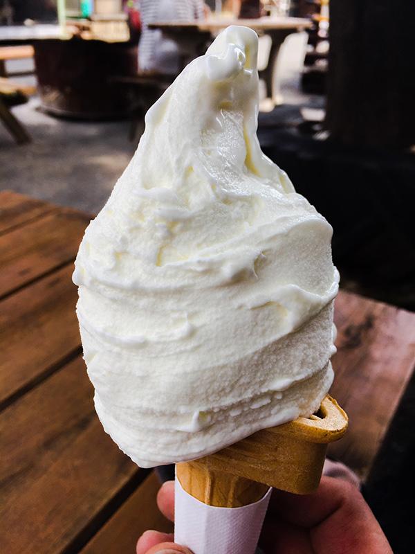 荒川サイクリングロードの休憩所として有名な榎本牧場で人気のジェラートアイス